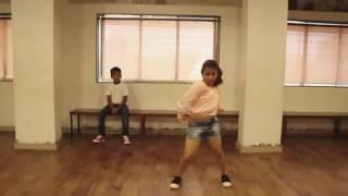 رقص فظيع من طفلين على اغنية nashe si befikre