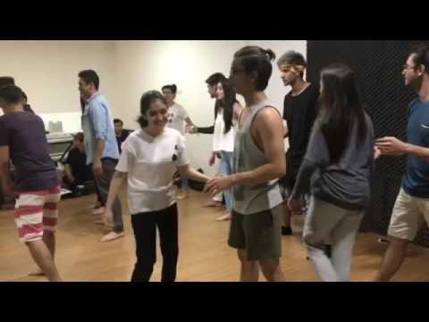 Artis-artis Sinemart menari bersama penuh canda..