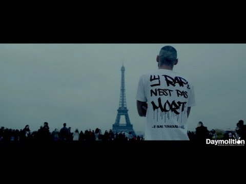 Un rappeur choque les touristes à la Tour Eiffel