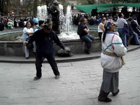 Teporochos indigentes bailando en la Alameda