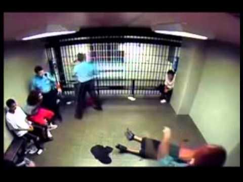pelea en la carcel si no llega a ser por el taser .mp4