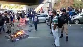 Passageiros se revoltam com redução dos ônibus em BH e fecham avenida com Fogo