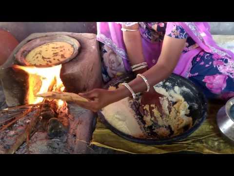 Indian village woman making corn bread on Clay stove,||👉Real rajasthani womenmaking makki ki Roti