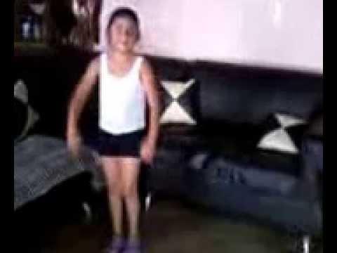 niña bailando perreo