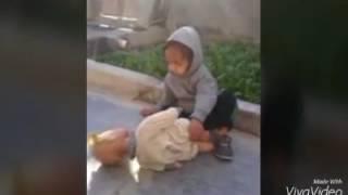 شاهد هاذ طفل كيف يتعامل معه لعبتو😂