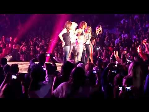 a Shakira se le sale una teta en directo