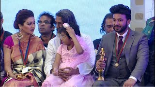 শাকিব খান পুরষ্কার নেয়ার সময় অপু কি করল। Sakib Khan got National film fair award2015