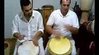 Zézinho Kabake e Ricardo Mimura tocando djembe