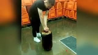 Бооооомммммбббааааа ????Смотрите как этот парень утилизирует кеги с пивом без взрыва, это просто жесть