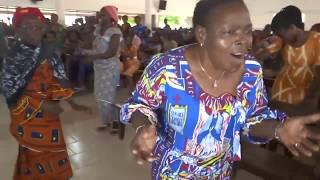 SERGE GNAKALE et la chorale ste Famille à St Joseph Mukassa, Bouaké alé djolo