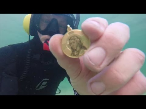 TREASURE FOUND IN THE OCEAN Guns Gold Silver Cell Phone & Coins Metal Detecting Underwater