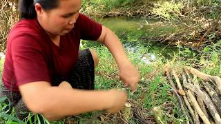 Survival skills - finding turtle at river  - cooking egg in clay eating delicious 79