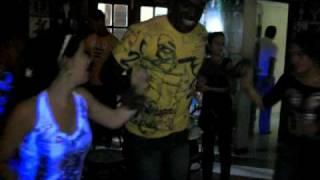Aramais bailando con dos jevas