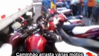 Caminhão arrasta várias motos no centro de Iguatu