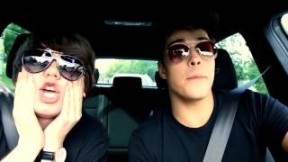 Rezigiusz i Multi śpiewają w samochodzie