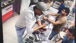 Live mobile chori from shop. Thief running away with mobile.
