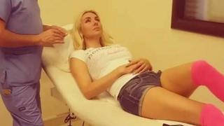 شاهد ميريام كلينك تدعي المرض والدكتور يضع يده على منطقة حساسة