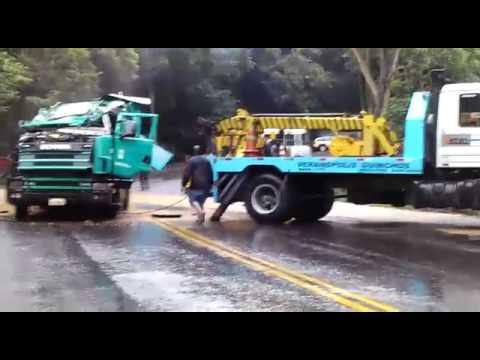 Destombando carreta paraguaia na Serra do Rio das Antas em Veranópolis