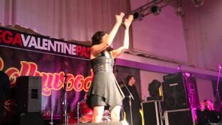Tune Maari Entriyaan Kanika Kapoor Live .BollywoodNight Nederlands 2015