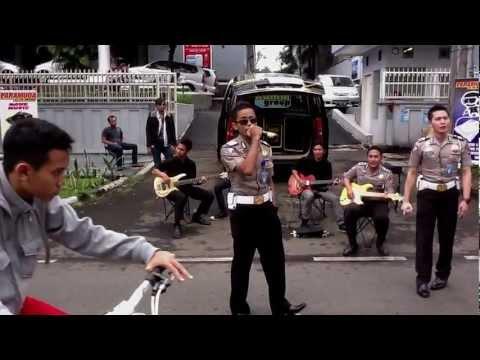 Polisi Nyanyi on Car-Free-Day-Bandung-6-Jan.MOV