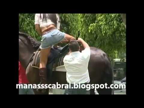 Pegadinha picante Gostosa tentando montar no cavalo
