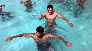 Tubar�o na piscina