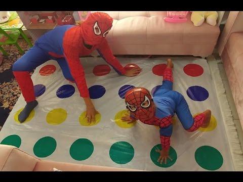 Xxx Mp4 Büyük Küçük Spiderman Twister Oynuyor Eğlenceli çocuk Videosu 3gp Sex