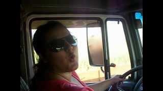 Mulher dirigindo carreta, em alta velocidade,