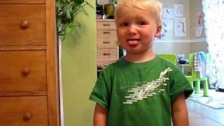 Laurent, 2 ans, mange du citron et a mal aux joues