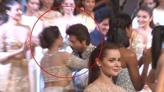 Shah Rukh Khan Walks On The Ramp Like A King, Hugs Kajol | follo.in