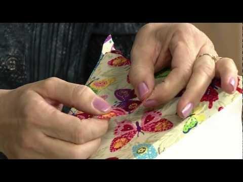 Veja como personalizar um abajur com borboletas de tecido em relevo