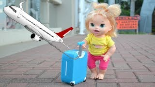 La Muñeca Baby Alive Sara en español viaja en Avión para Buscar a su Mami!!! TotoyKids