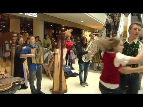 Aufg horcht in Innsbruck Flashmob Kaufhaus Tyrol