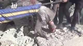 لحظة انتشال الجثث من تحت الانقاض جراء قصف  احياء درعا البلد بالبراميل المتفجرة +18