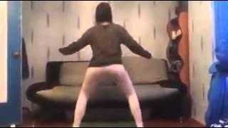 Ragazza balla e si caga addosso!!!