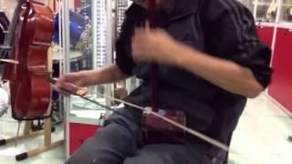 Chino tocando el Erhu