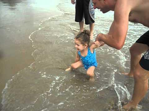 Primeiro banho de mar da Cibely