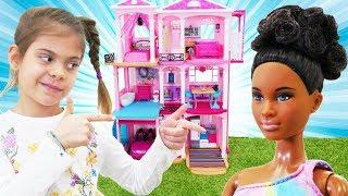 Elis Barbie'ye yeni eve taşınmasına yardım ediyor