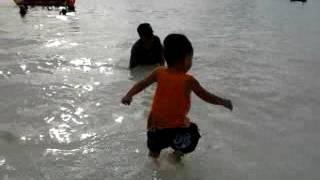 Heboh Keceriaan Anak Saat Mandi di Pantai