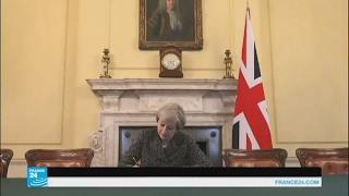 تيريزا ماي توقع رسالة الخروج الرسمية من الاتحاد الأوروبي