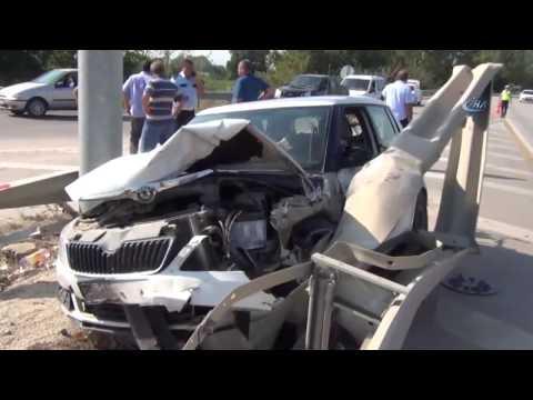 Yol Ayrımında Araçlarıyla Bariyere Saplandılar: 4 Yaralı