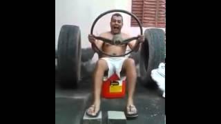Vídeo de risa muchacho en carro de mentiras