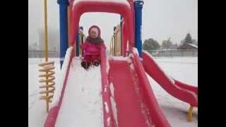 艾絲琳妹妹開心玩雪 (2Y5M)