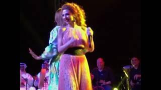 معجبة تشارك ميريام فارس الرقص على المسرح   هل تفوقت عليها؟