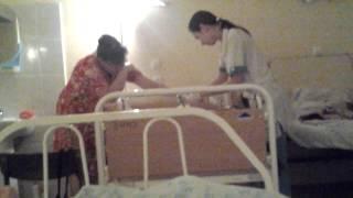 Делают укол больному в больнице