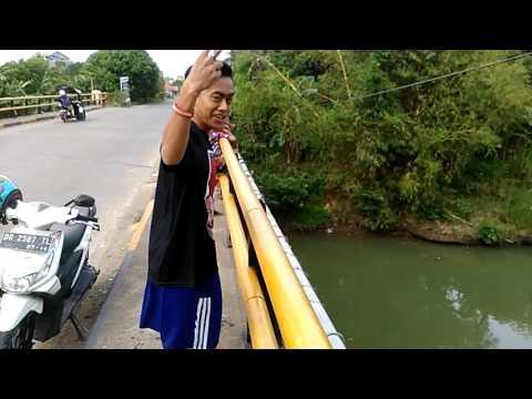 Uji nyali dengan lompat di jembatan dengan ketinggian 50 m