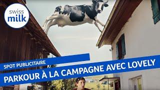 la vache Lovely sème un jeune sportif dans un parkour mémorable à la campagne.