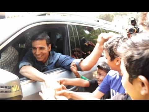 Xxx Mp4 Akshay Kumar Stops To Meet His Small Fans 3gp Sex