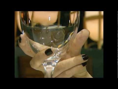 Etiqueta Cómo sostener una copa de vino.wmv