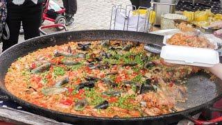 London Street Food. Preparing Seafood Pella and Chicken Paella in Portobello Road